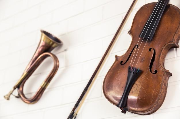 Close-up do violino e trompete