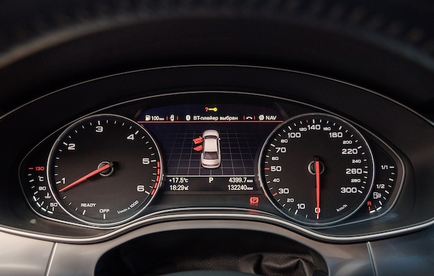 Close-up do volante, detalhes do interior de um carro audi a6 moderno