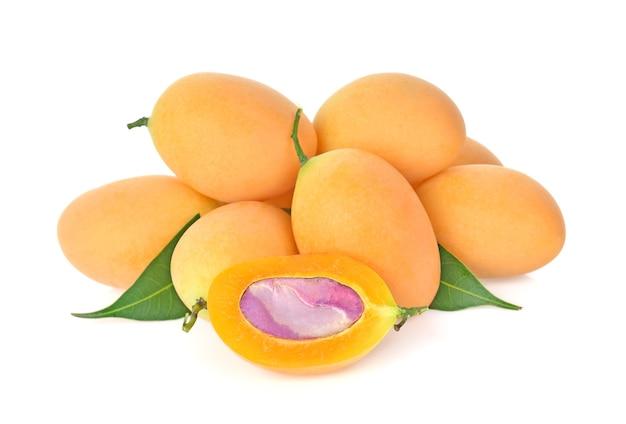 Close-up, doce marian ameixa fruta tailandesa (mayongchid) isolado no fundo branco