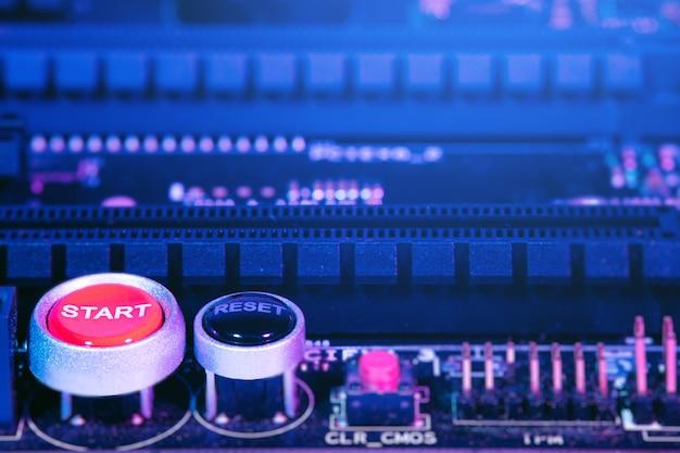 Close-up dos elementos da placa-mãe do computador. botão iniciar e reiniciar