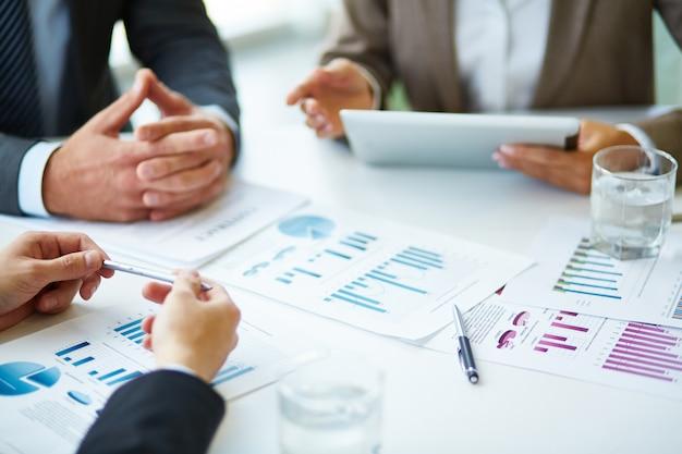 Close-up dos empresários que trabalham com documentos