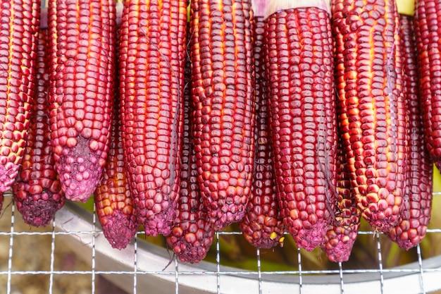 Close up dos grãos roxos são organizados em grandes números