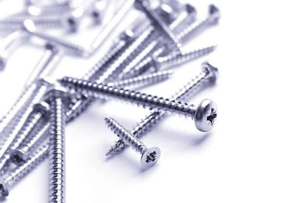 Close up dos parafusos de metal no fundo branco