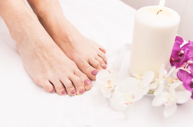 Close-up dos pés da mulher e decorações de salão de beleza