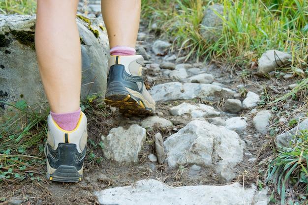 Close-up dos pés do caminhante