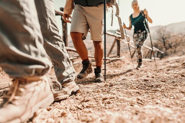 Close-up dos pés dos caminhantes subindo