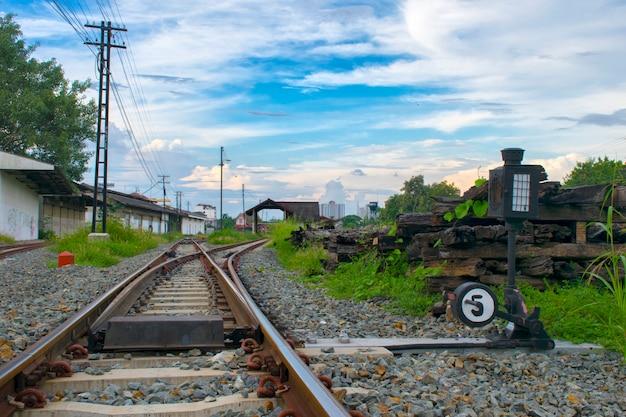 Close-up duas vias férreas se fundem em chiangmai, tailândia