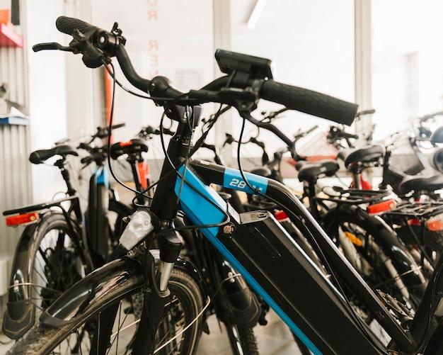 Close-up e-bicicleta em uma loja de bicicletas