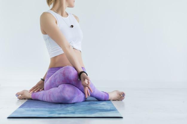 Close-up e detalhes das mãos e pés de ioga