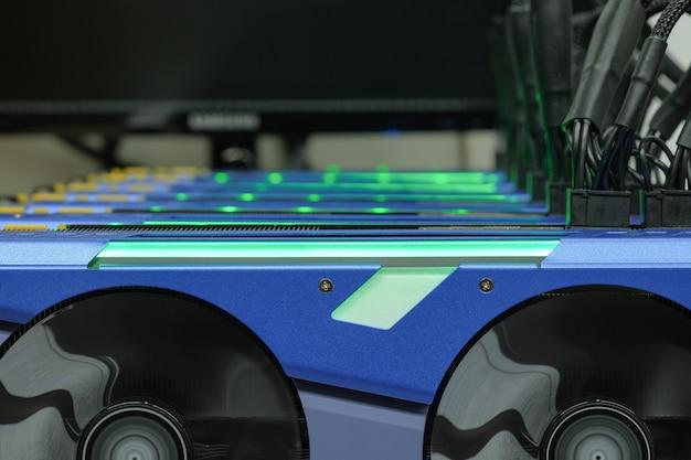 Close-up, e, foco seletivo, um, cartão gráfico, de, computador, bitcoin, mineração, ligado, trabalhando