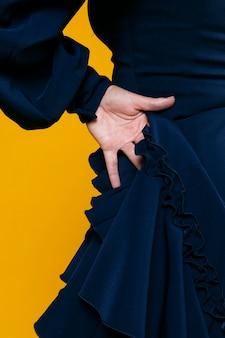 Close-up elegante mão com fundo laranja
