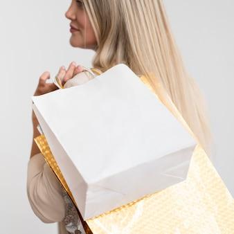 Close-up elegante mulher carregando sacolas de compras