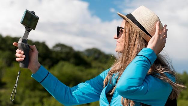 Close-up elegante viajante tomando uma selfie