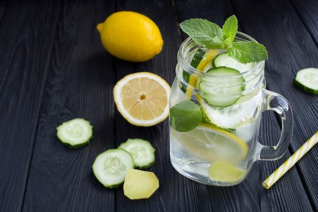 Close-up em água atrevida emagrecimento com limão, pepino e gengibre