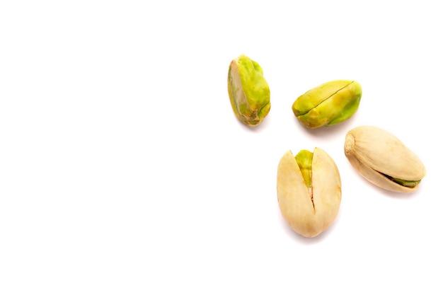 Close up em algumas nozes de pistache isoladas