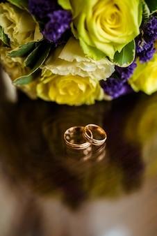 Close-up em anéis de noivado de ouro