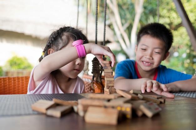 Close-up em blocos de construção de crianças asiáticas