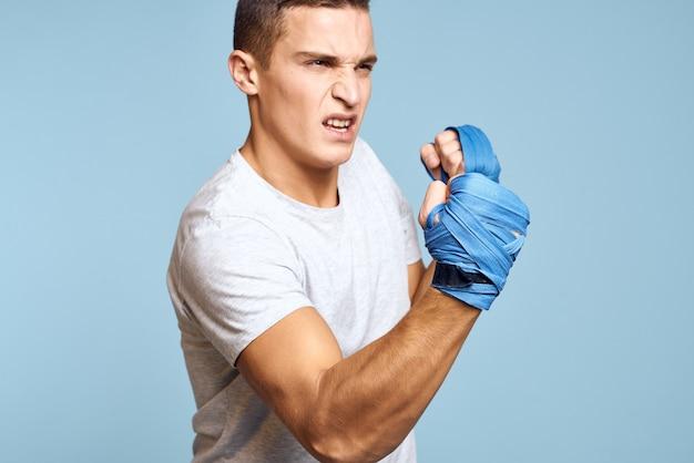 Close-up em boxer atleta masculino isolado