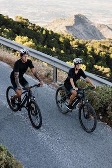 Close-up em casal com bicicletas elétricas