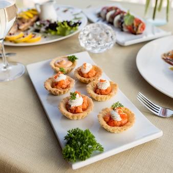 Close-up em caviar de peixe guarnecido com creme