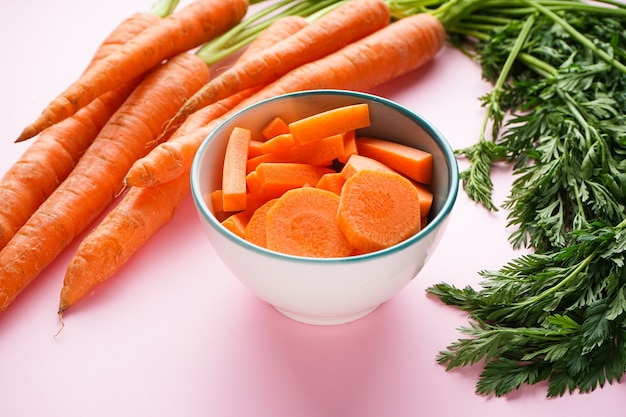 Close-up em cenouras com folhas e rodelas de cenoura