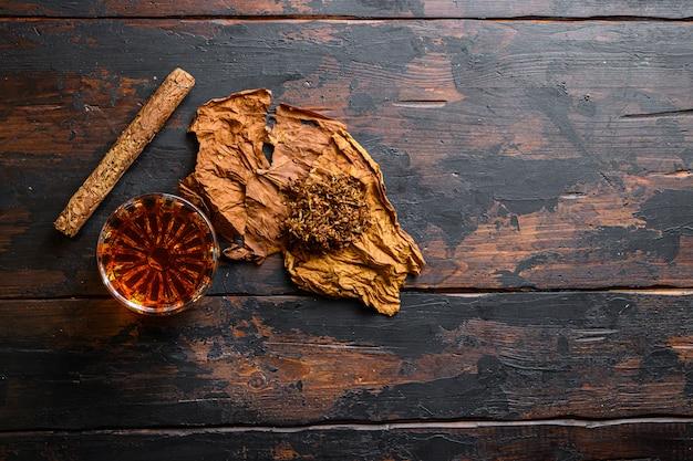 Close-up em charuto e folha seca de tabaco