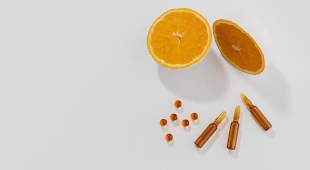 Close-up em complementos alimentares com laranja