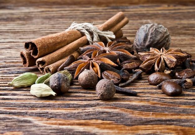 Close-up em especiarias em uma placa de madeira