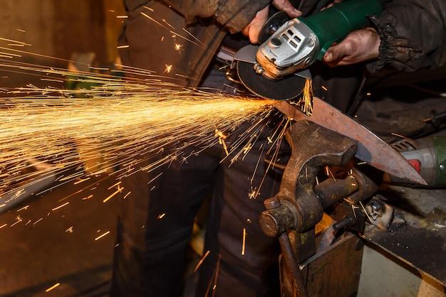 Close-up em ferreiro fazendo afiar faca