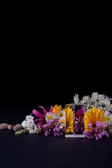 Close-up em flores e pódio de vidro para apresentação de produtos
