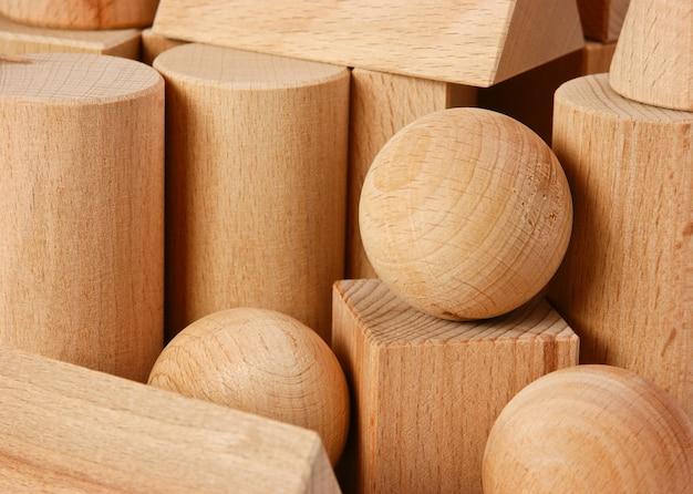 Close-up em formas geométricas de madeira