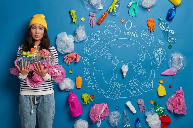 Close-up em jovem ativista perto de colagem de conceito de ecologia