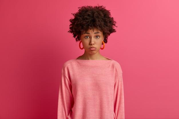 Close-up em jovem atraente e carismática mulher isolada