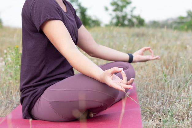 Close-up em jovem meditando no campo