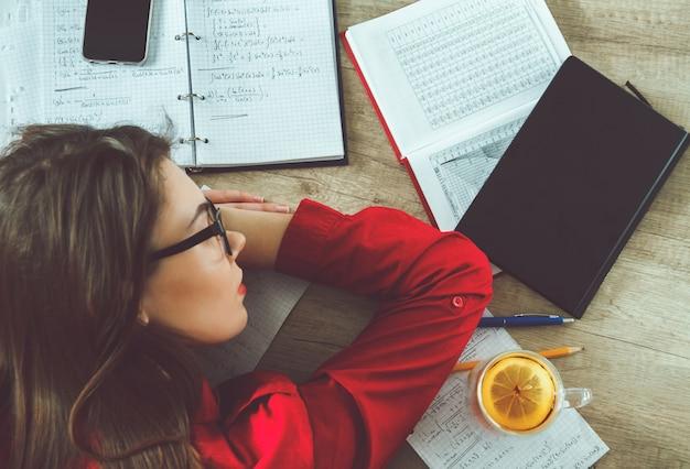 Close-up em jovem resolvendo fórmulas matemáticas