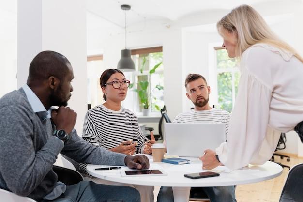 Close-up em jovens colegas tendo uma reunião