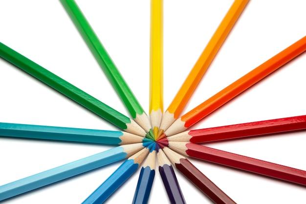 Close-up em lápis coloridos isolados