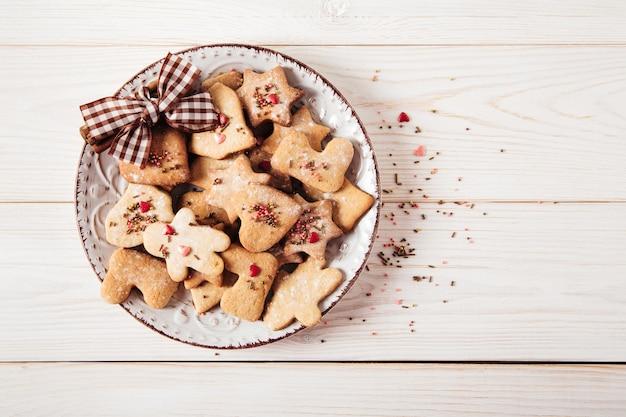 Close-up em lindos biscoitos de gengibre no prato