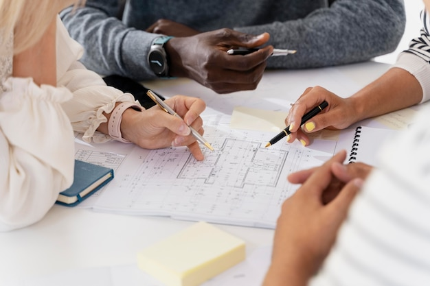 Close-up em mãos de jovens colegas em uma reunião