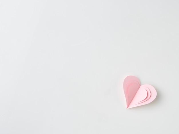 Close-up em mãos femininas segurando um coração rosa apresenta para o dia dos namorados, aniversário, mãe