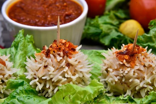 Close-up em momos de arroz de frango com alface