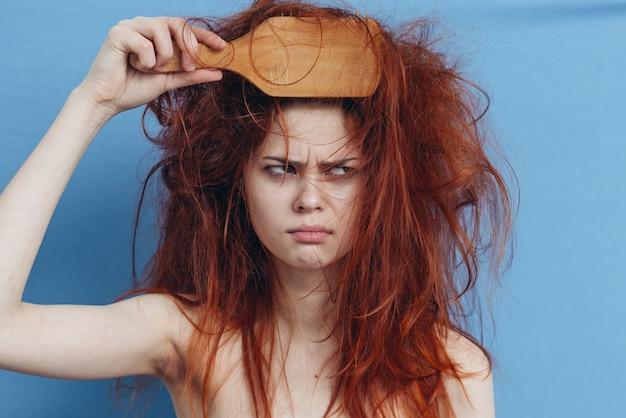 Close-up em mulher com cabelo bagunçado depois de dormir