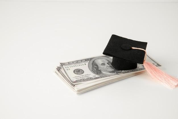 Close-up em objetos de educação e economia