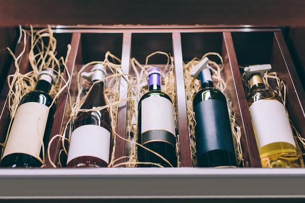 Close-up em papel em branco vinhos de diferentes variedades