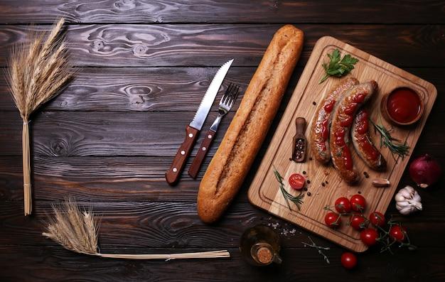 Close-up em salsichas grelhadas com ingredientes