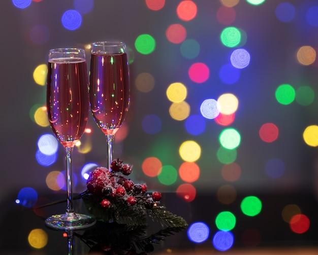 Close-up em taças de champanhe com luzes de efeito bokeh