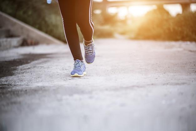 Close-up em tênis de corrida fitness mulheres treinamento e jogging