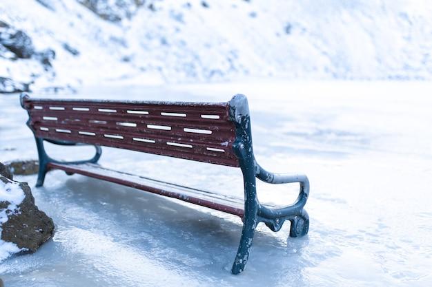 Close-up em um banco congelado perto de um lago