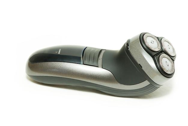 Close-up em um barbeador elétrico deitado de lado