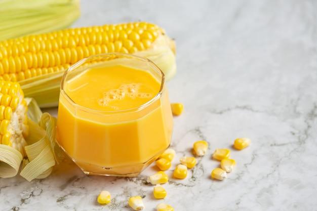 Close-up em um copo de suco de milho pronto para comer